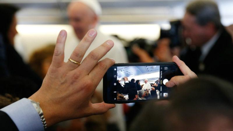 Papst Franziskus wird fotografiert  | © KNA