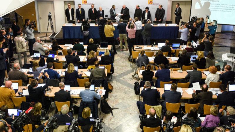 Grosses Medieninteresse am Auftritt der deutschen Bischöfe zum Missbrauch  | © KNA