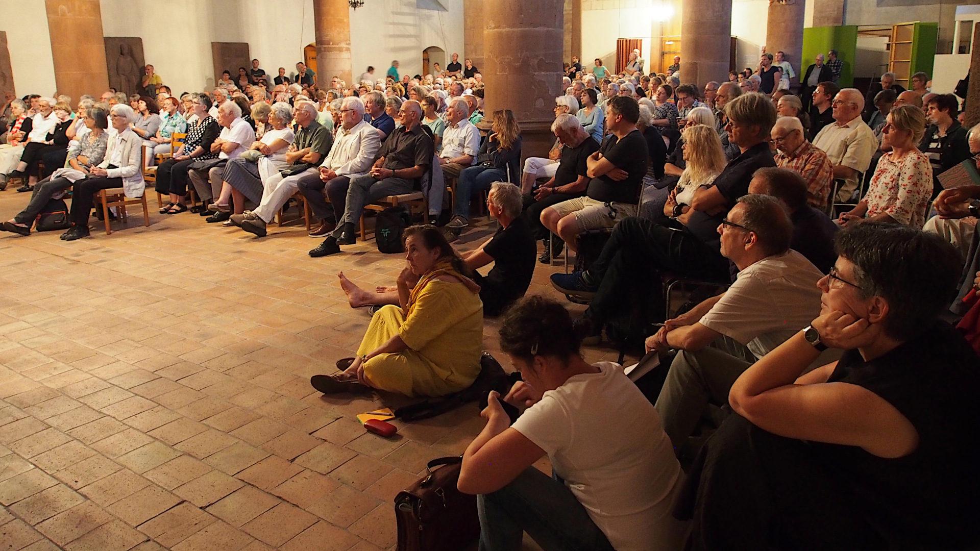 Publikum lauscht Eugen Drewermanns Worten | © Boris Burkhardt