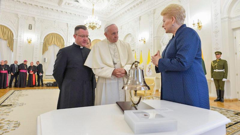 Papst Franziskus wird in Vilnius von Litauens Staatspräsidentin Dalia Grybauskaite empfangen. | © KNA