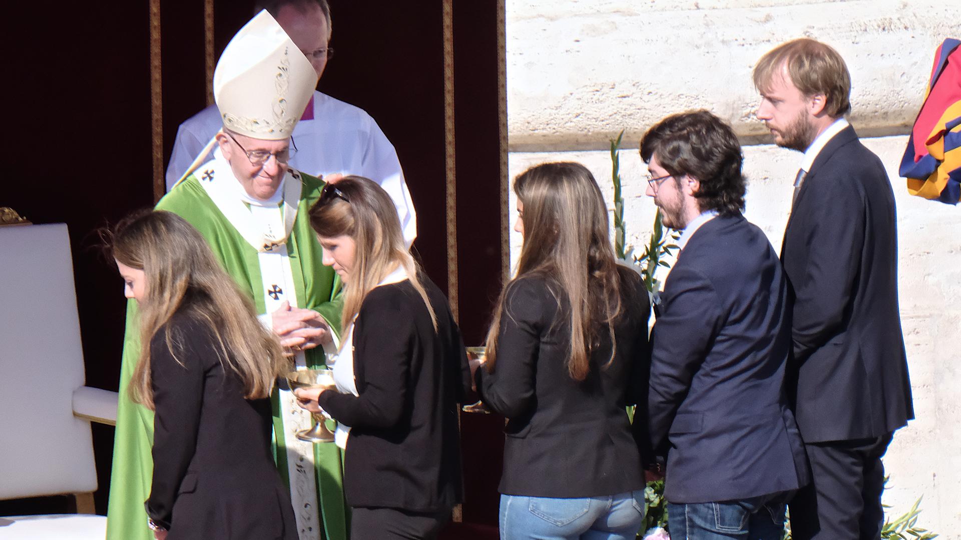 Papst Franziskus mit Jugendlichen am Gottesdienst zur Eröffnung der Jugendsynode | © Oliver Sittel