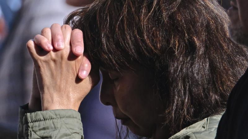 Eine Gläubige im Gebet | © Oliver Sittel