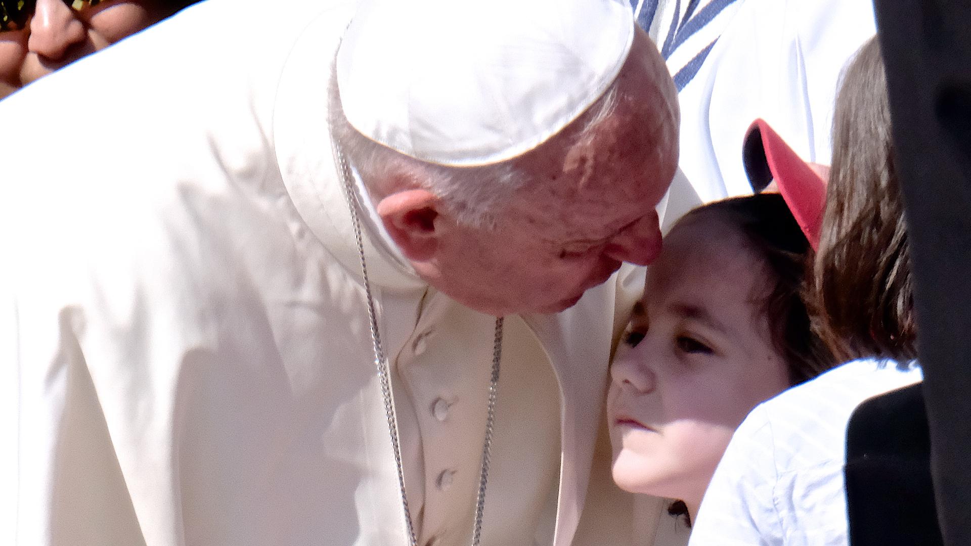 Papst Franziskus begrüsst an der Jugendsynode ein Mädchen | © Oliver Sittel
