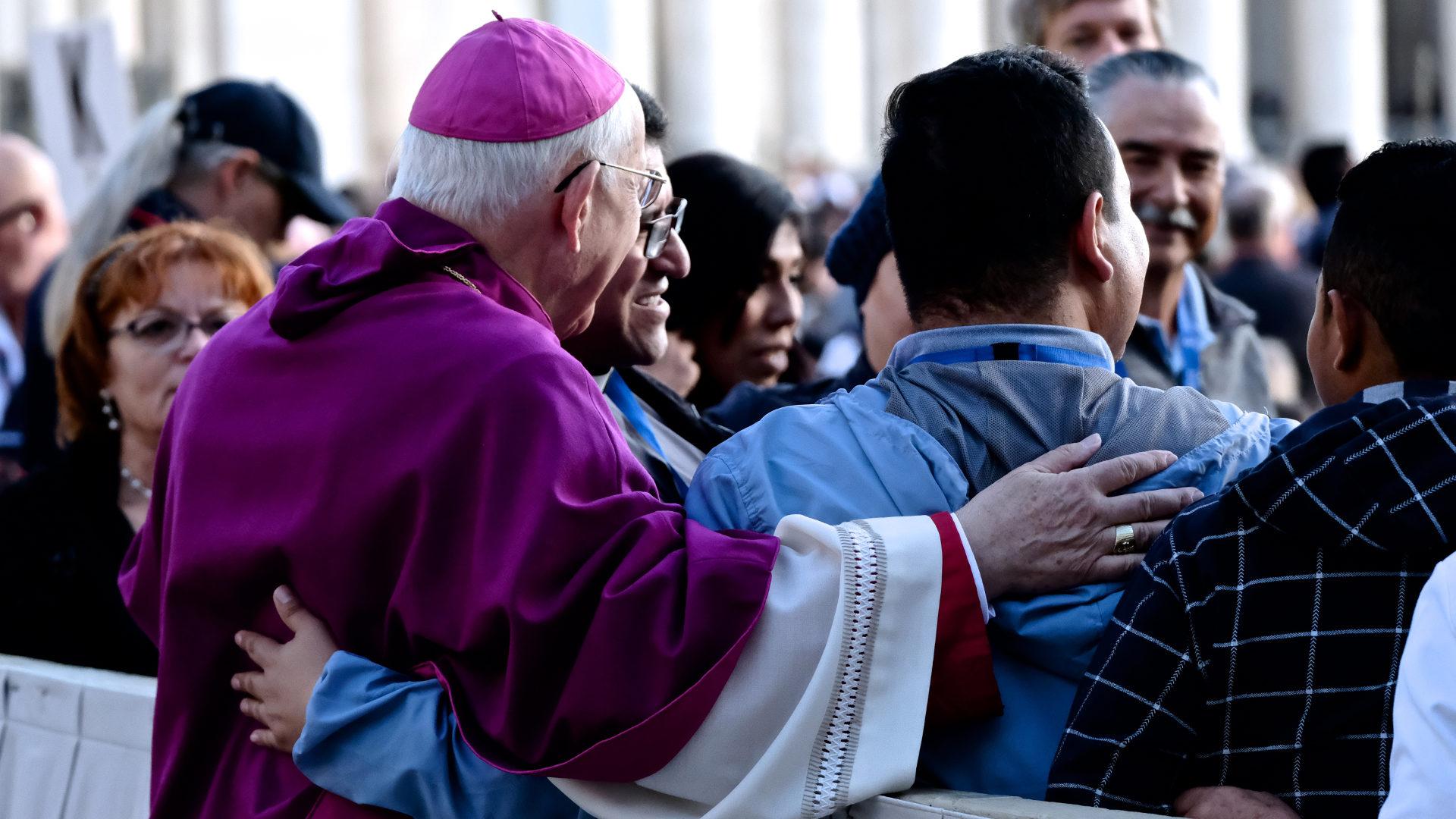 Ein Bischof begrüsst Menschen auf dem Petersplatz | © Oliver Sittel