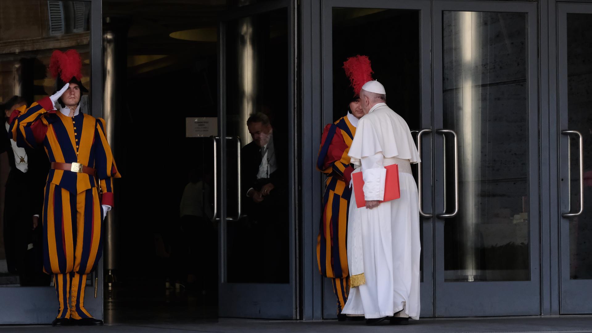 Papst Franziskus begrüsst Schweizergardisten | © Oliver Sittel