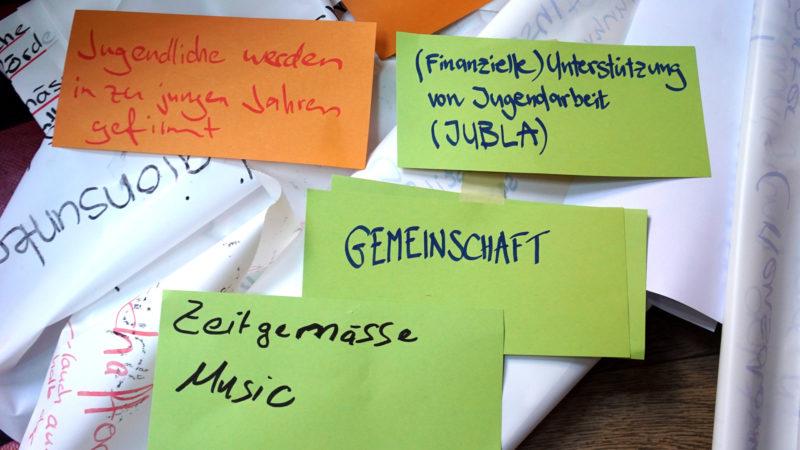 Zettel mit Gedanken und Anliegen der jungen Menschen | © Vera Rüttimann