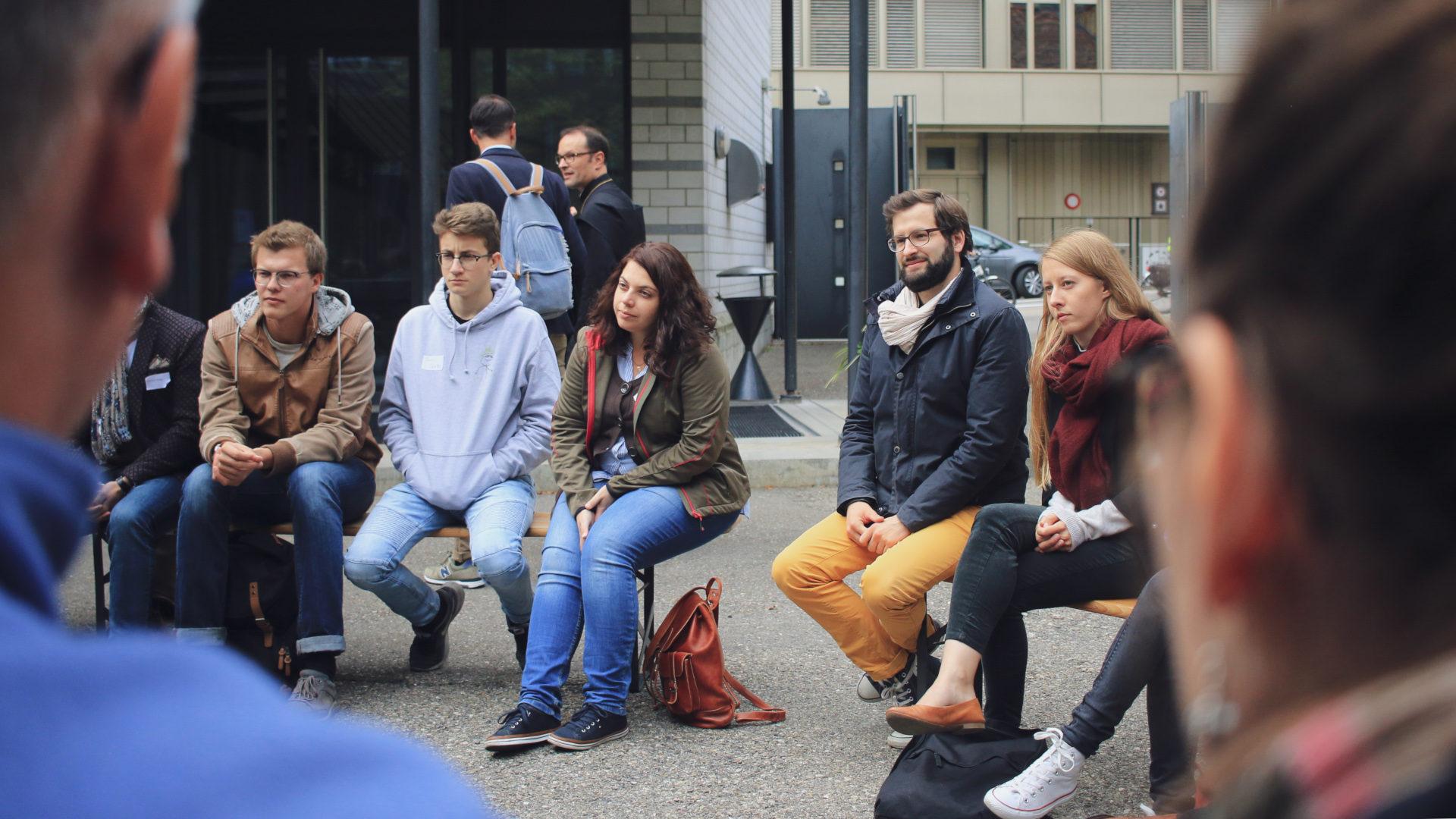 Gesprächsrunde im Freien  | © zVg