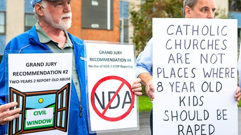 Angehörige von Missbrauchsopfern im August 2018 an einer Demo vor dem Gebäude der Diözese Erie | © KNA
