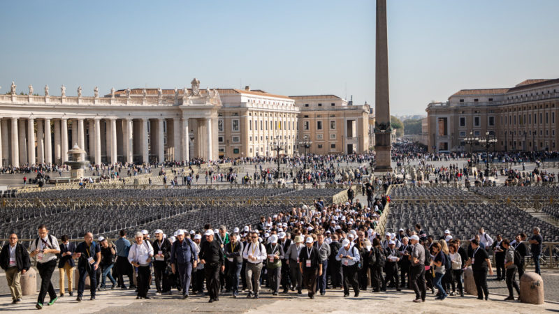 Teilnehmende der Jugendsynode am 25. Oktober auf dem Petersplatz im Vatikan | © KNA