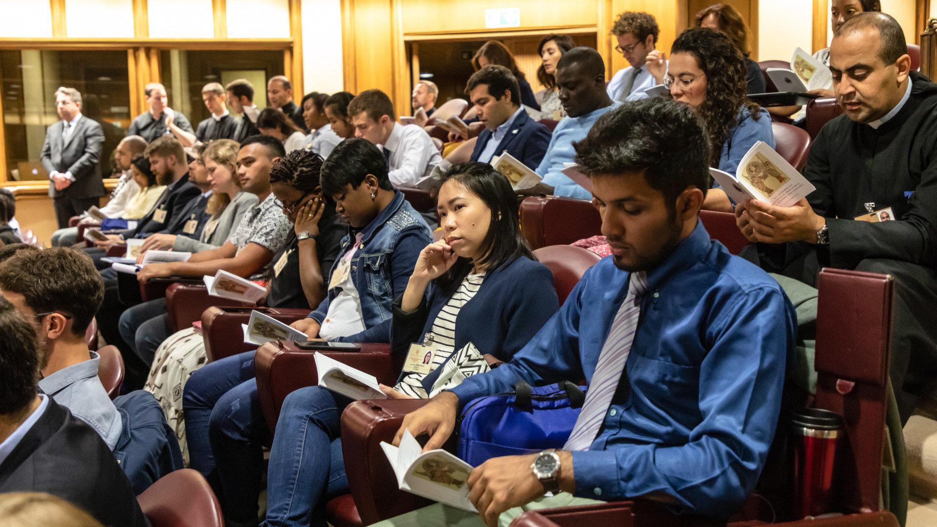 Junge Synodenteilnehmer am 5. Oktober in der Audienzhalle im Vatikan | © KNA