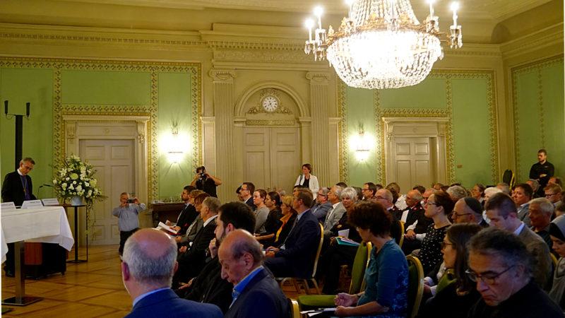 Rats-Präsident Harald Rein (l.) stellt Erklärung zu Flüchtlingsfragen vor  | © Vera Rüttimann