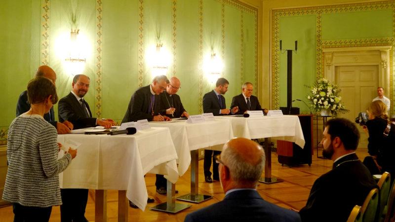 Mitglieder des Rates der Religionen unterzeichnen Erklärung zu Flüchtlingsfragen | © Vera Rüttmann