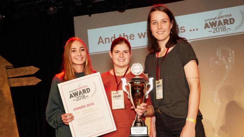 Jolyne Loepfe, Carol Tanner und Lea Schmid (v.l.) gewinnen mit ihrem Kinderbuch «Fennek findet ein neues Zuhause» den youngCaritas-Award 2018 | © Angelika Annen/Caritas Schweiz