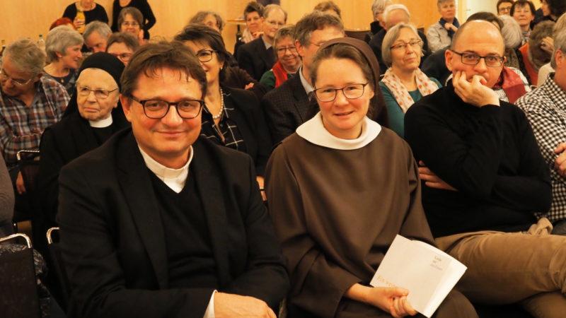 Bischof Felix Gmür (links) neben Ordensfrau Sabine Lustenberger und Buchgestalter Dominik Hafen. | © Anne Burgmer