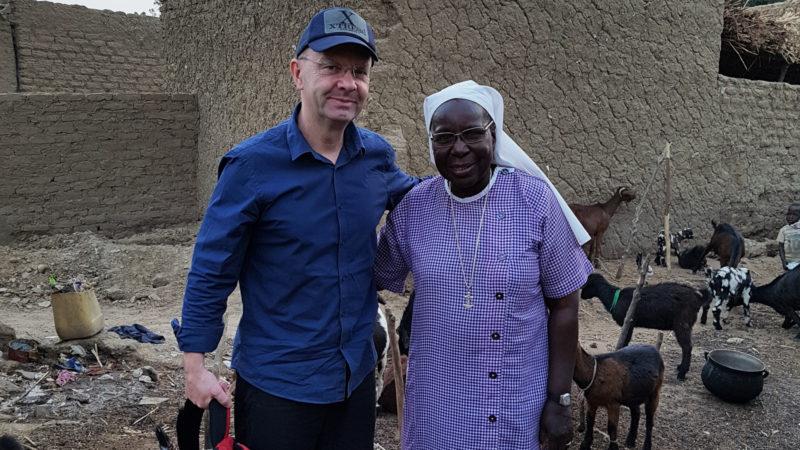 Jan Probst mit einer Ordensfrau in Niger  | © zVg