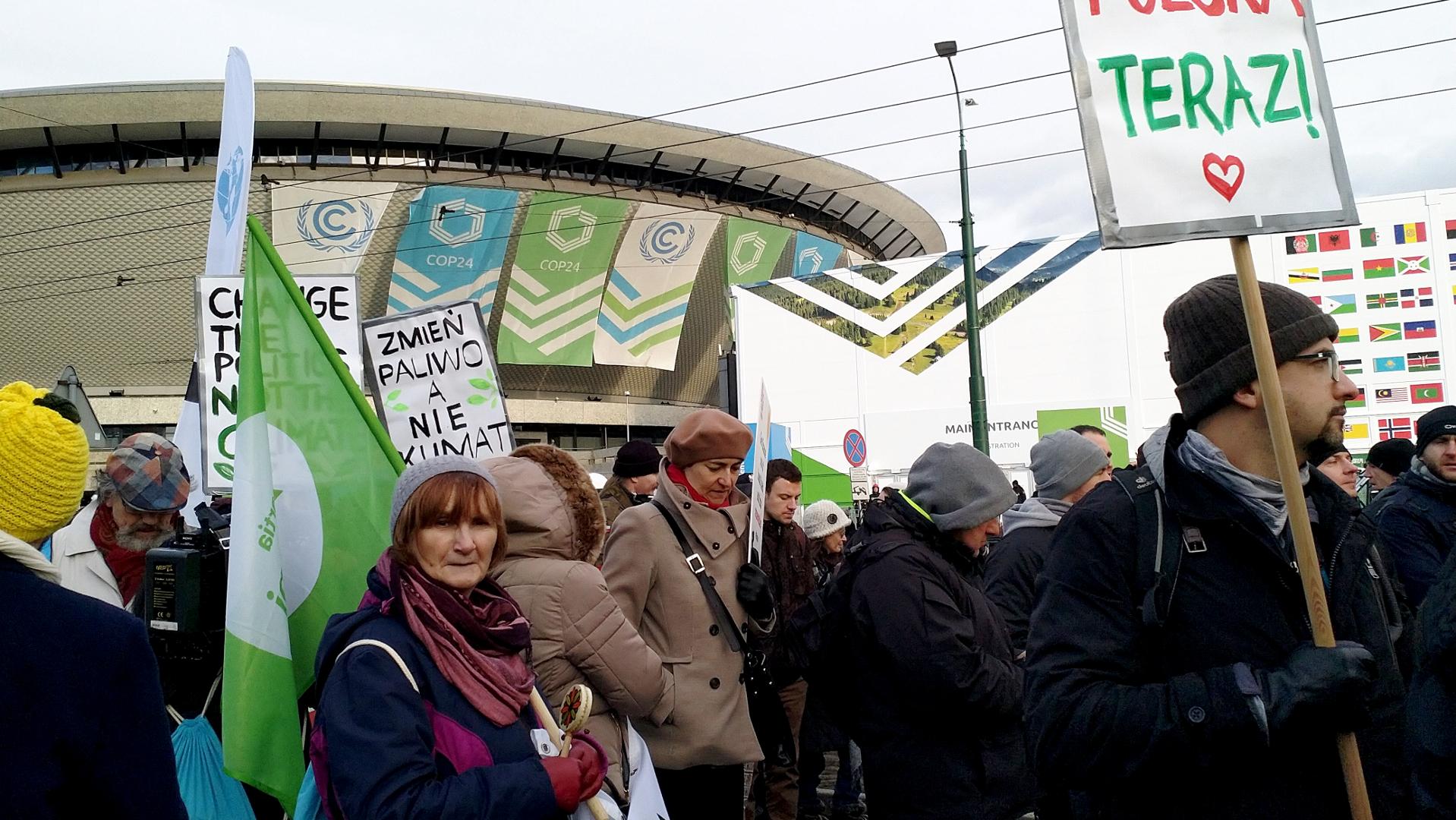 Teilnehmer an Demonstration für Klimaschutz, im Hintergrund das Gebäude, in dem der Weltklimagipfel stattfindet | © zVg