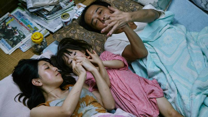 Wie eine «richtige» Familie: Nobuyo (Sakura Ando), Yuri (Miyu Sasaki), Osamu (Franky Lily, v.l.). | © cineworx.