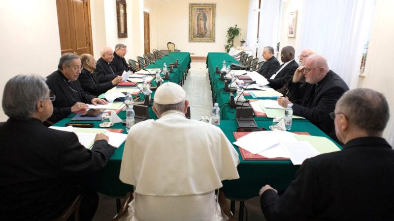 Papst Franziskus und Mitglieder des Kardinalsrats | © KNA