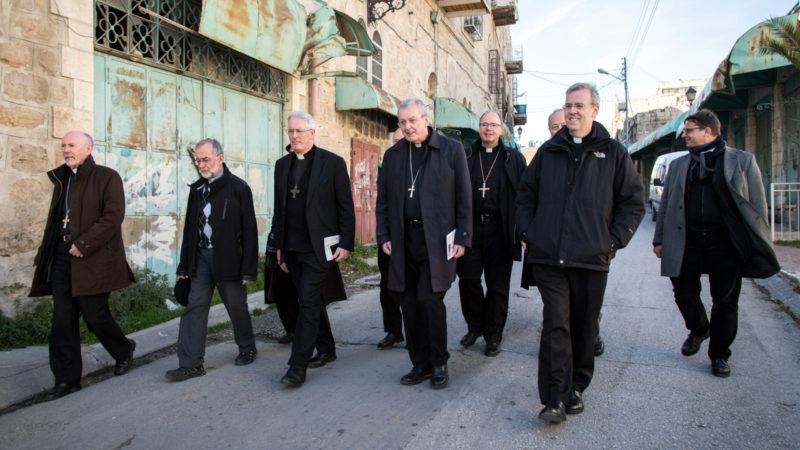 Internationale Bischofsgruppe besucht  geteilte Stadt Hebron | © KNA / Andrea