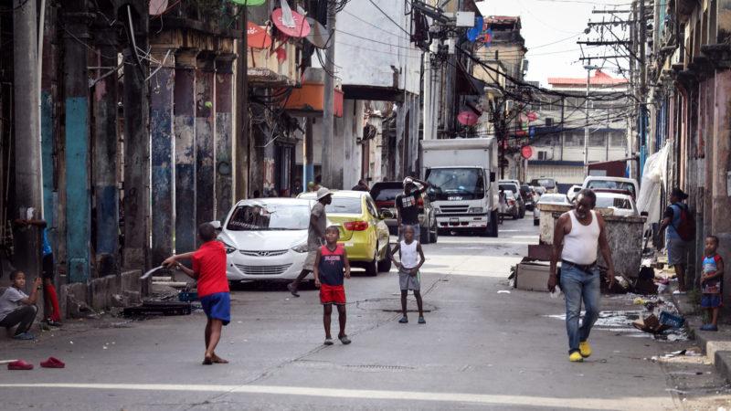 Kinder spielen in einem Armenviertel von Colon (Panama). | © KNA