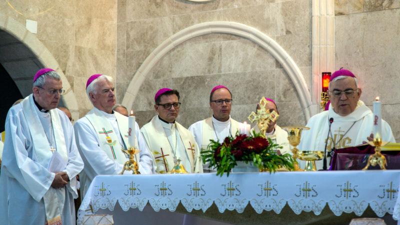 Bischof Gmür am Gottesdienst in Zababdeh | © KNA / Andrea Krogmann
