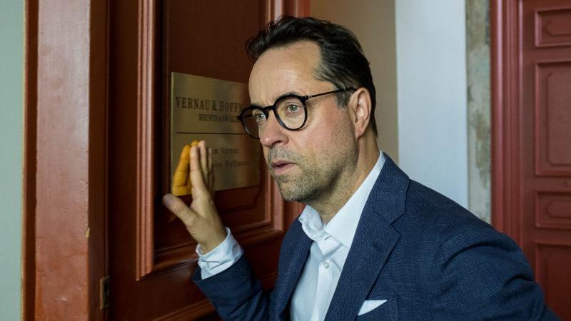 Schauspieler Jan Josef Liefers als Anwalt Joachim Vernau | © obs/ZDF/Gordon Muehle