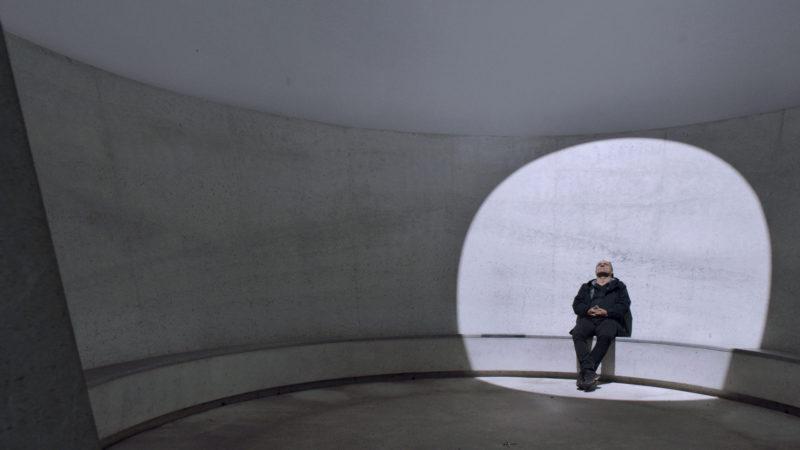 Den Blick zum Himmel erhoben. Filmbild aus «Architektur der Unendlichkeit» | © cineworx