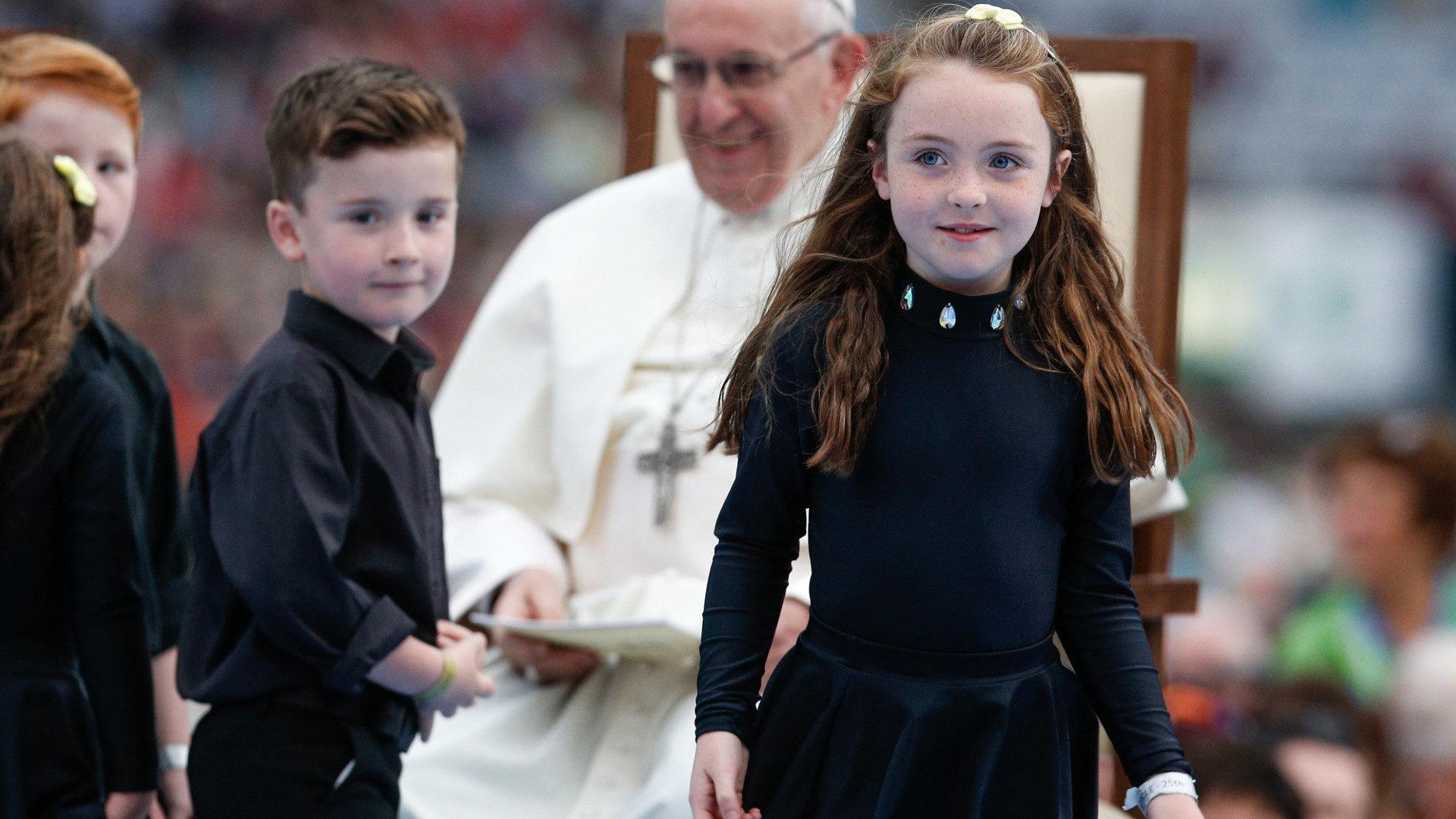 Papst Franziskus empfängt Kinder beim Weltfamilientreffen in Dublin 2018.   © KNA