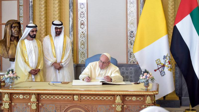 Scheich Mohammed bin Rashid Al Maktoum (l.), Mohammed bin Zayed Al Nahyan (m.), Kronprinz der Vereinigten Arabischen Emirate, neben Papst Franziskus, der sich in ein Buch einträgt | © KNA