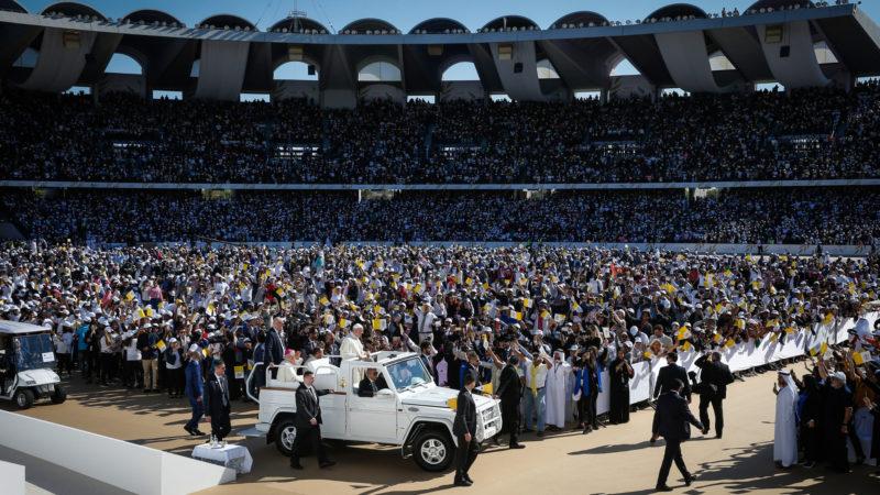 Papst Franziskus begleitet von Bischof Paul Hinder im Zayed Sports City Stadium in Abu Dhabi. | © KNA