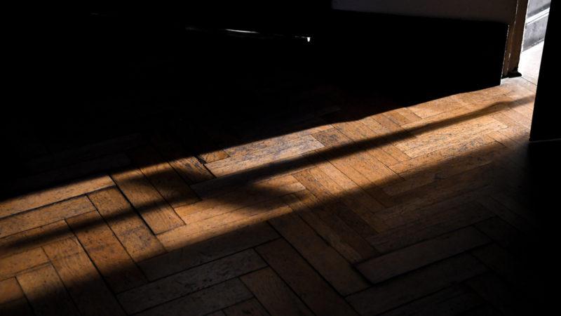 Der lange Schatten der Kirche | © KNA