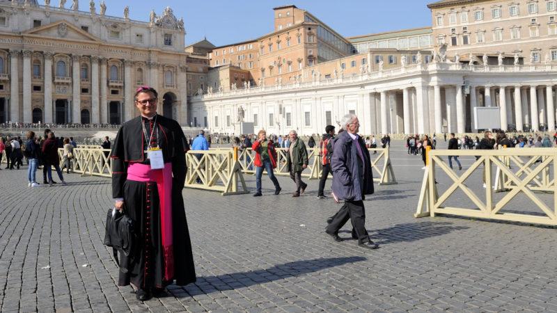 Felix Gmür, Bischof von Basel, auf dem Petersplatz in Rom | © Katarzyna Artymiak