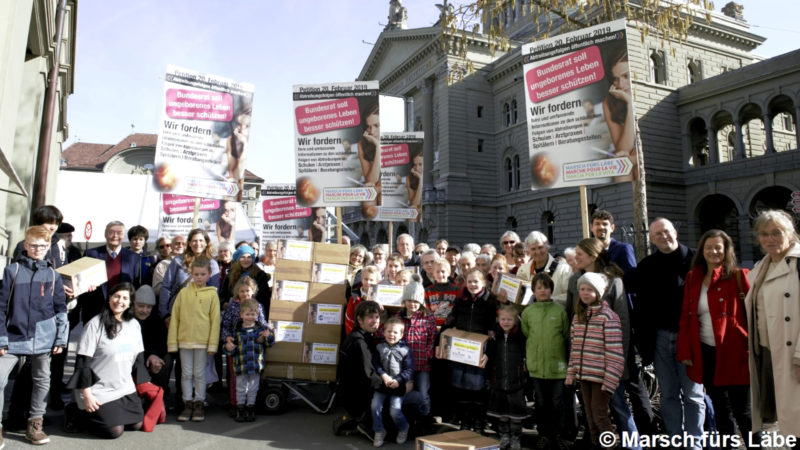 """Sympathisanten des """"Marsch fürs Läbe"""" bei der Übergabe der Petition in Bern   © zVg"""