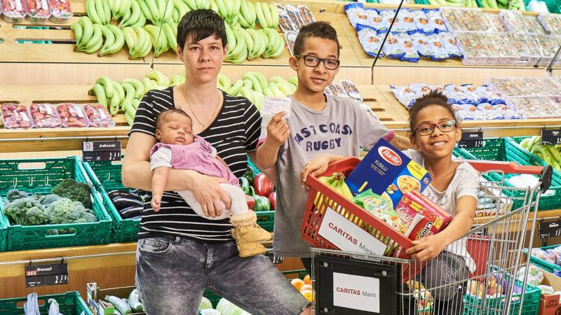 Familie in einem Caritas-Markt | © Caritas-Markt zVg