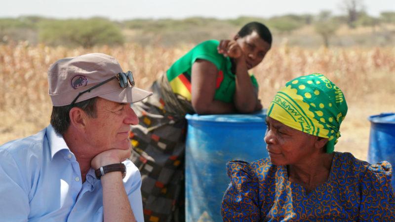 Patrick Hohmann und zwei Angestellte seiner Biobaumwoll-Produktion in Tansania | © Filmcoopi Zürich AG