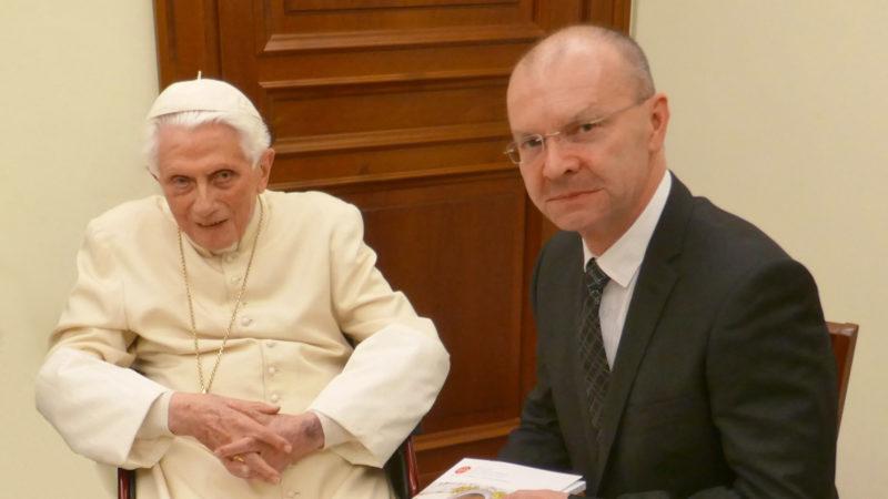 Em. Papst Benedikt XVI mit Jan Probst, Direktor Hilfswerk «Kirche in Not» | © zVg Stefan Treier