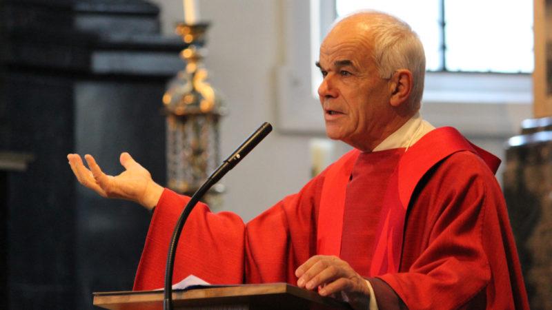 Generalvikar Martin Kopp predigt bei einer Firmung. | © Donato Fisch
