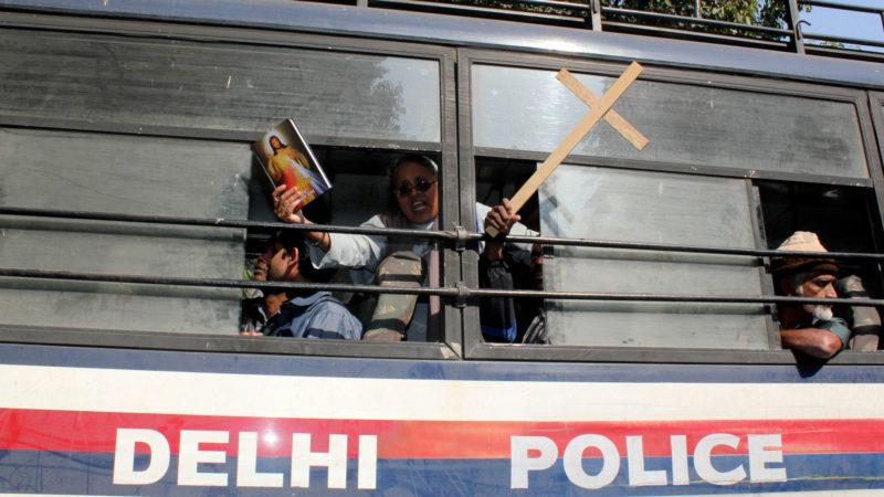 Protest einer Nonne in Indien aus dem Polizeiauto heraus, 2013 | © KNA