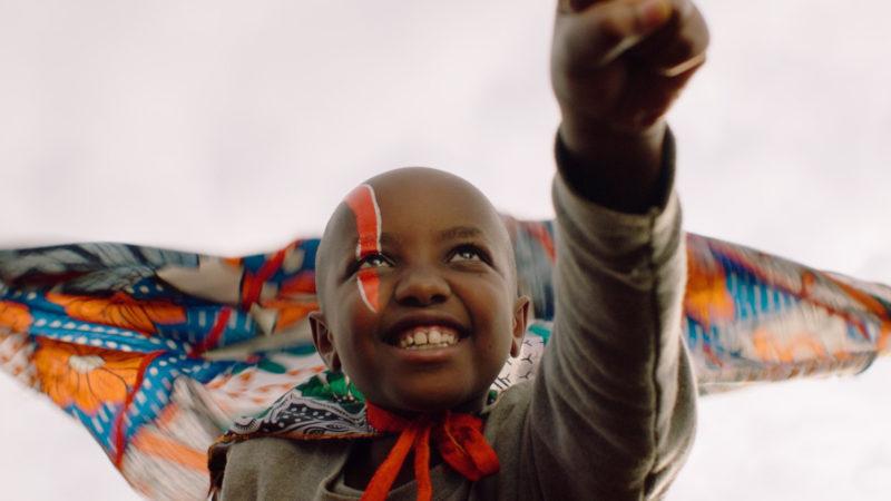 Die kleine Jo (Stycie Waweru) als fliegende Superheldin «Supa Modo». | © trigon-film.org