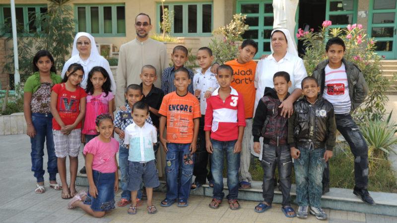 Pfarrer Kamil Samaan mit Mitarbeiterinnen und Jugendlichen des Kinderheims | © Kirche in Not