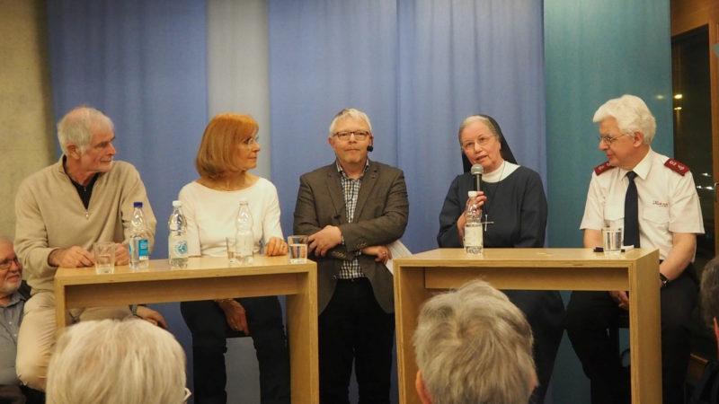Podiumsdiskussion in Brugg zum Thema Gebet (v.l.n.r: Hugo Stamm, Ruth Thomas, Jürgen Heinze, Sr. Zita, Beat Schulthess) | © zVg
