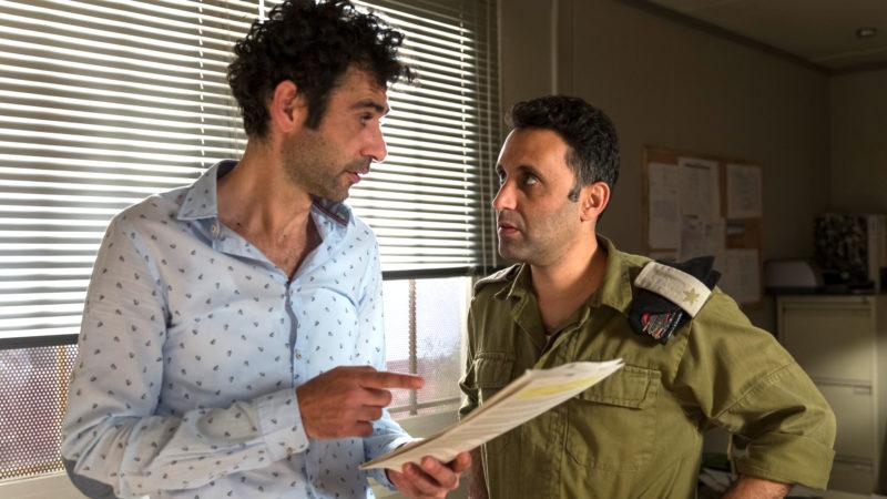 Salam (Kais Nashif, li.) und Assi (Yaniv Biton) arbeiten heimlich zusammen am Drehbuch der beliebten Serie «Tel Aviv on Fire»  | © trigon-film.org