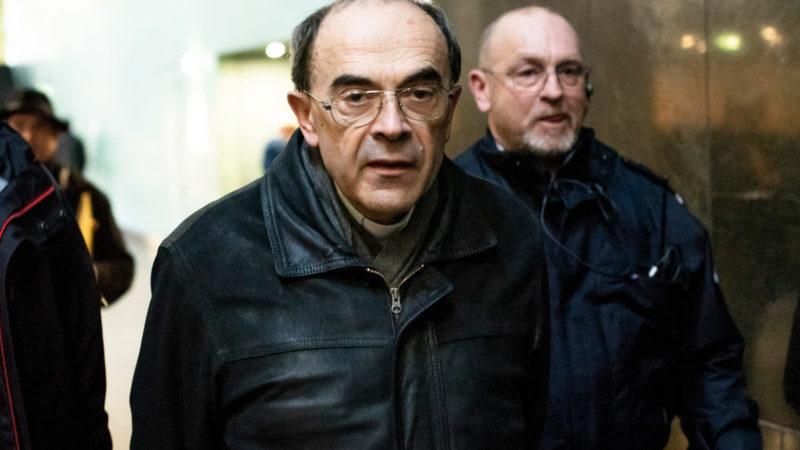 Kardinal Philippe Barbarin auf dem Weg in den Gerichtssaal des Strafgerichts von Lyon | © KNA
