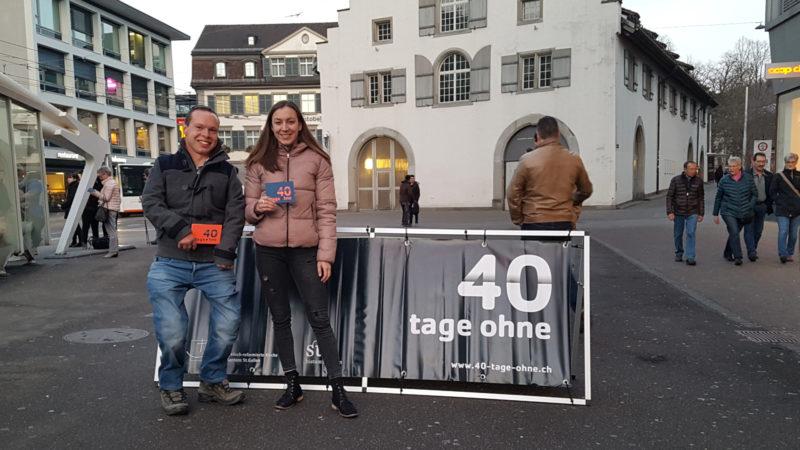 Freiwillige verteilen Flyer zur ökumenischen Aktion «40 Tage ohne»   © zVg