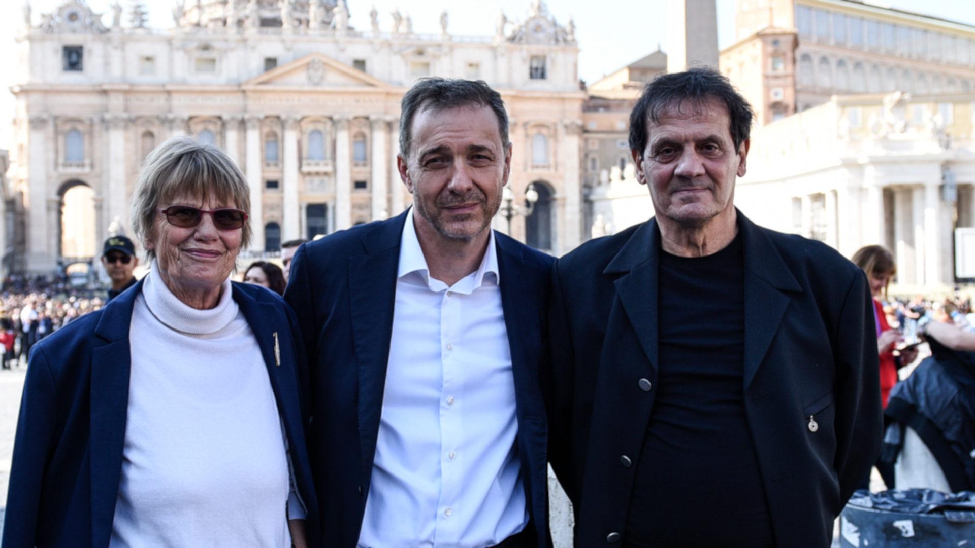A.W., Guido Fluri, Mario Delfino auf dem Petersplatz | © Marco Bonomo