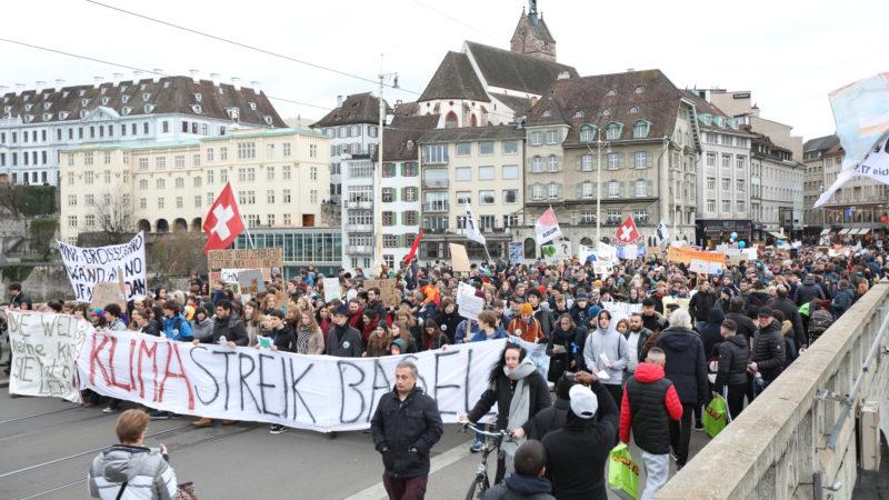 Jugendliche gehen in Basel für den Klimaschutz auf die Strasse.  | © zVg