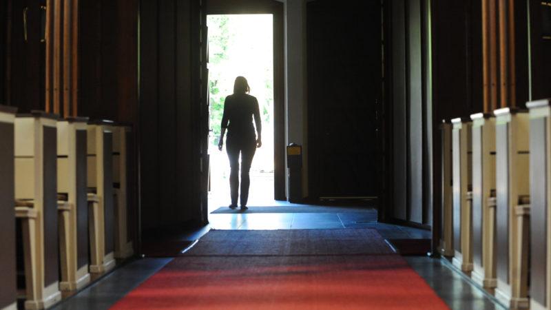 Angesichts der Missbrauchskrise treten viele aus der Kirche aus. | © KNA