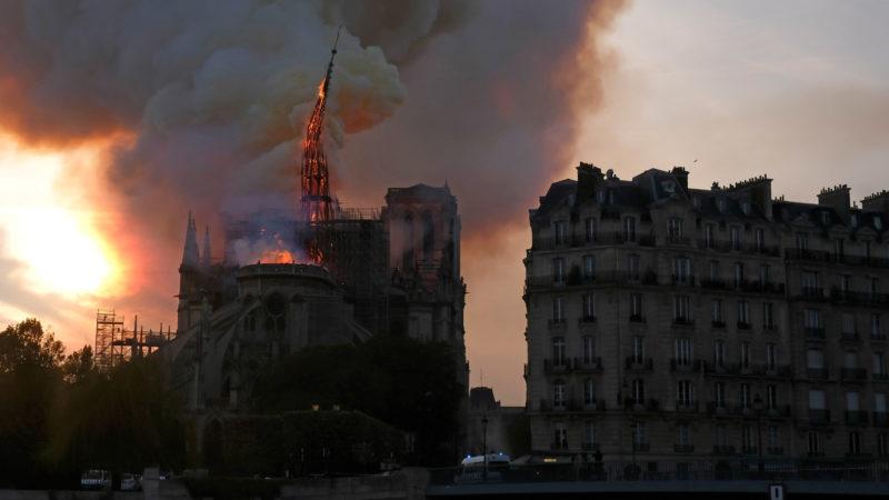 Fall des Spitzturms beim Brand der Kathedrale Notre-Dame in Paris am 15. April 2019. | © KNA