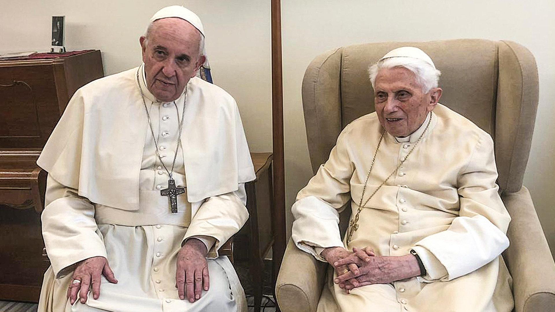 Papst Franziskus besucht Benedikt XVI. an dessen 92. Geburtstag. | © KNA