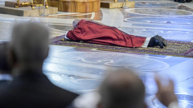 Papst Franziskus liegt am Karfreitag betend im Petersdom. | © KNA